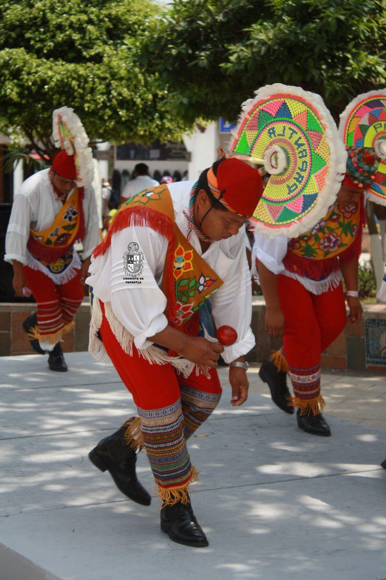 danzante realizando la danza de los quetzales